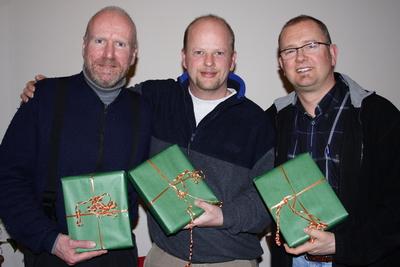 3 herrene fikk konfekt-eske som takk for samarbeidet i VDF'styret!